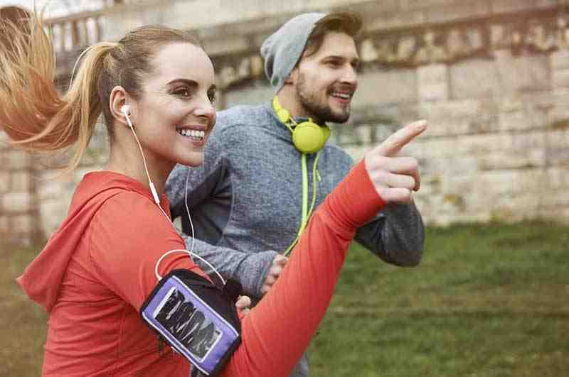 Uśmiechnięta para uprawiająca jogging