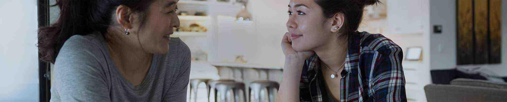 Młoda dziewczyna rozmawiająca z mamą w kuchni