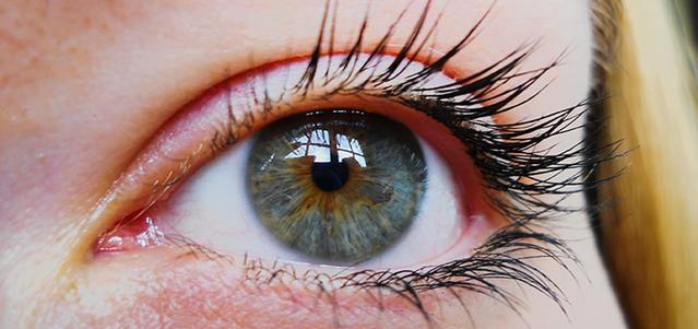 Zbliżenie na oko dziewczyny