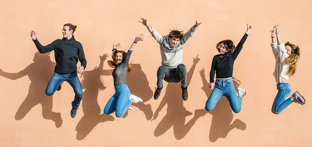 Grupa przyjaciół skacząca z radości