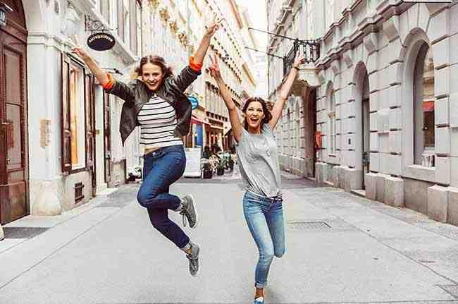Dziewczyny skaczące z radości
