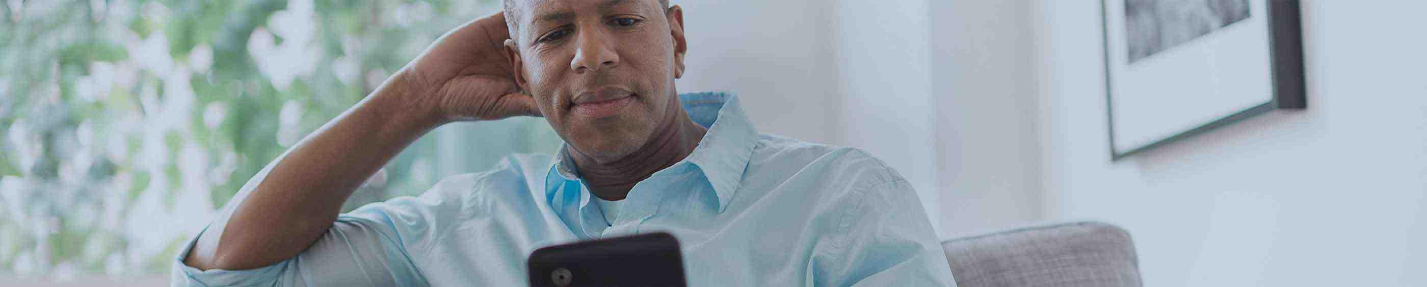 Ojciec wpatrujący się w tablet