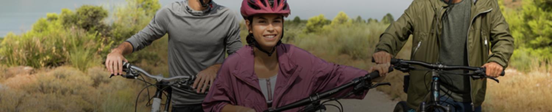 Młodzi ludzie podczas przejażdżki rowerowej poza miastem.