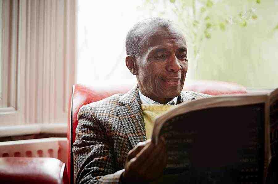 Dojrzały mężczyzna czytający gazetę
