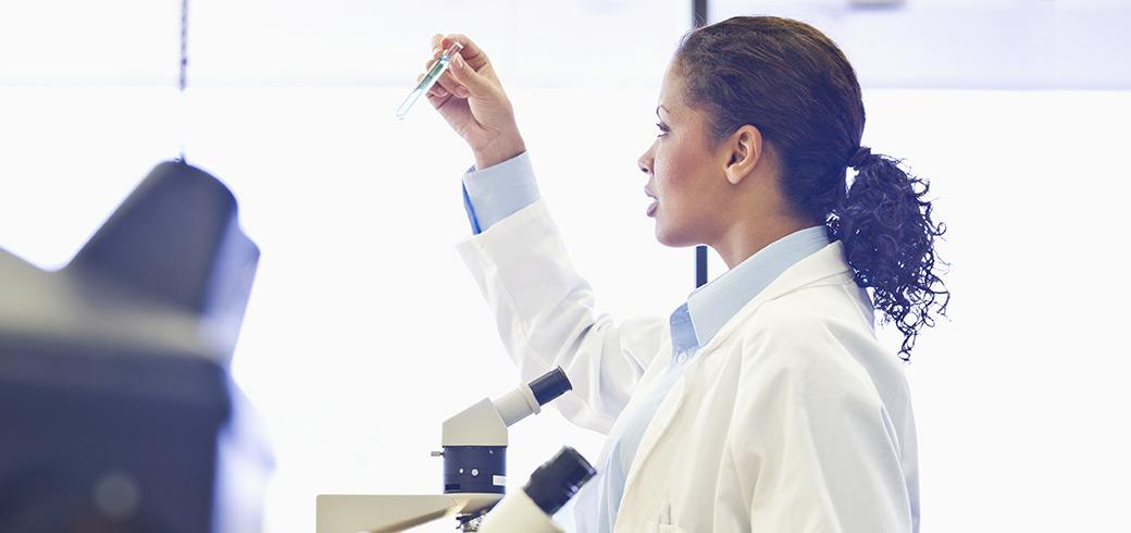 Specjalistka w laboratorium obserwująca próbówkę