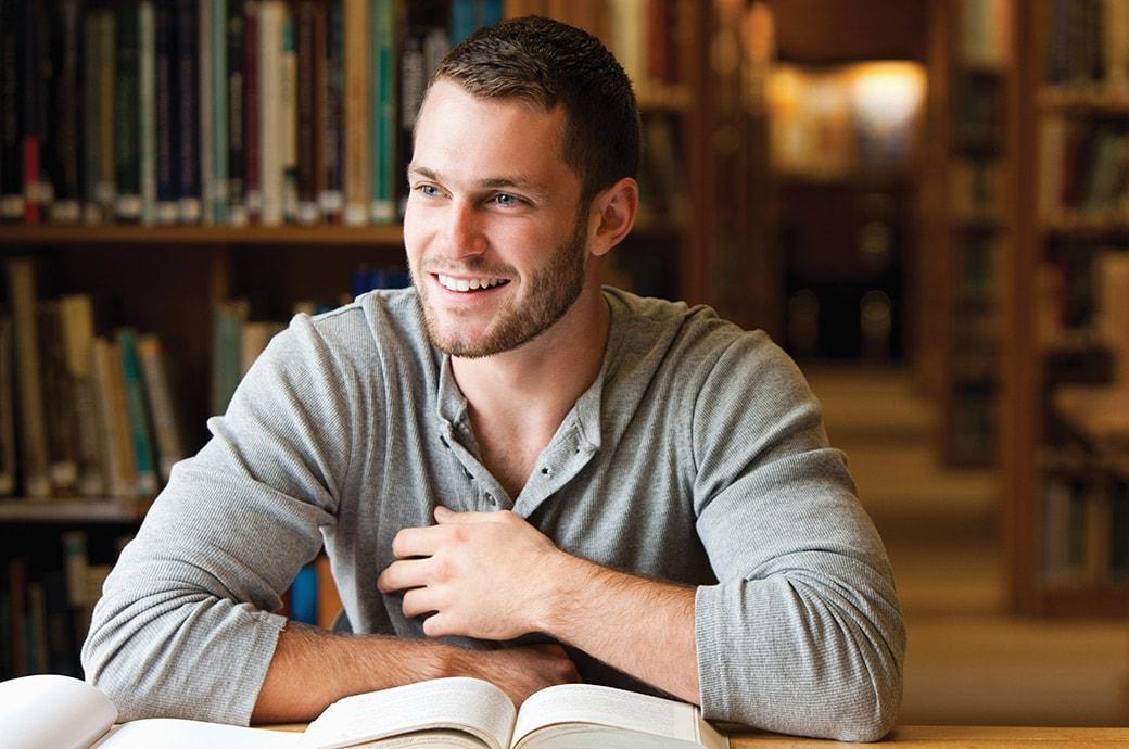 Uśmiechnięty mężczyzna w bibliotece