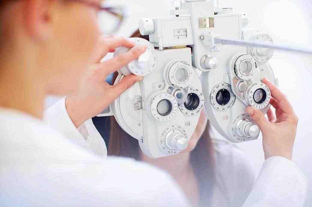 Specjalista i pacjent w trakcie badania oka