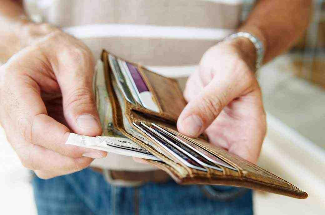 Zbliżenie na ręce trzymające portfel